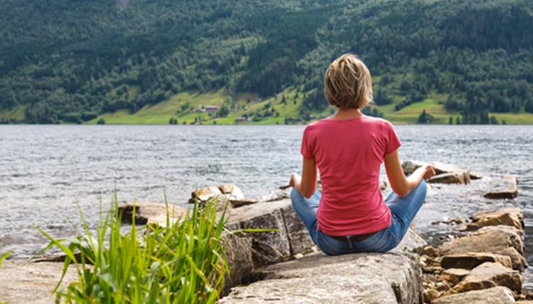 article-gotta-joga-yoga-app-apple-woman-meditating-lake-shutterstock_178468094
